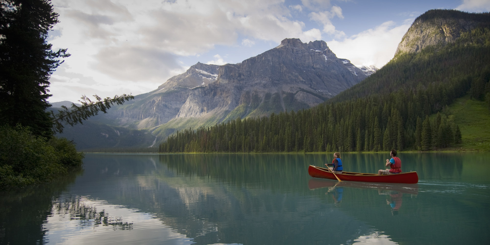 Credit: Destinations BC - Canoeing against iconic Canadian backdrop