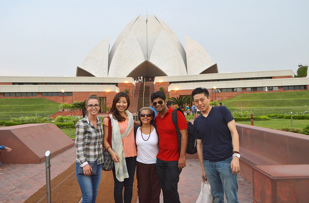 5 international students learn English in India and visit the lotus temple in New Delhi
